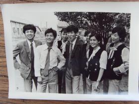 1984年,湖南省醴陵县烈士塔村,时髦的小伙和漂亮姑娘