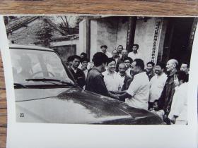 1984年,河南沁阳县五街村,选派高中毕业农民去北京深造,干部群众到村头送行