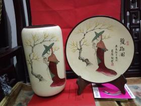 《观梅图》纯手绘陶瓷摆件一套。绘画精美,书法功底深厚。