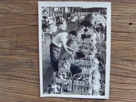 1982年,湖北省十堰市第二汽车制造厂(东风汽车),工人在检查汽油发动机质量