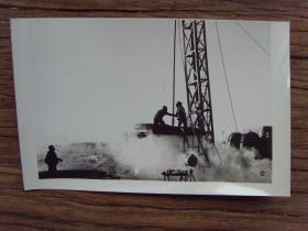 1982年,大庆油田石油工人奋战在井场上