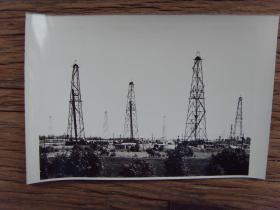 1982年,大庆油田 石油工人在老油区打调整井