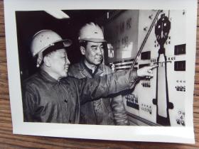 1982年,北京首钢炼铁厂厂长马树藩,和二高炉炉长杨立宗在控制室
