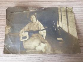 明治到大正時期(清末到民國初)日本《彈奏三味線藝伎》照片一枚