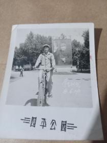 文革女学生四平公园留念【骑自行车】