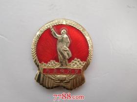 毛主席像章 (铝制) 保真包老,正面毛主席头像 +图案(毛主席万岁),背面:毛主席视察人民公社 1956-1968 中国南京。详见书影。尺寸 直径:3厘米.只发快递 品好