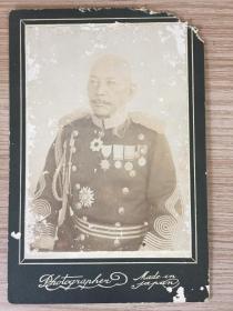 1904年日本《臺灣守備混成第二旅團長·陸軍少將·正五位勛二等功四級:前田隆禮》照片一張,有裝裱,于1905年戰死在遼寧開原