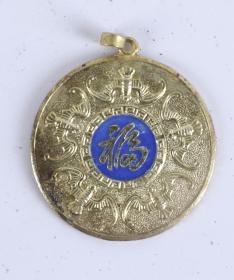 """圆型胸标一件(七八十年代 出口创外汇 工艺品精品;正面刻有""""宝塔""""字样和七层宝塔一座,直径3.5cm)HXTX101328"""