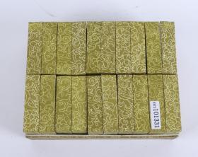 """小漆盒一件(七八十年代 出口创外汇 工艺品精品;盒圆形,由盒盖与盒身相扣合组成,通体绛色,盒盖上刻""""唯吾知足"""",盒盖边缘刻出凹槽;高2.5cm,口径6cm)HXTX101331"""