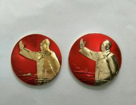 毛主席像章,2枚一套保真。5CM。反面敬建毛主席塑像落成典礼纪念,海军1968.7.1,毛主席万岁。正面舰桥挥手图案