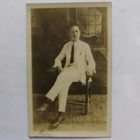 民国男子坐姿明信片照片