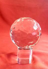多棱實心水晶球           高包括底座15cm,水晶球直徑11cm,重1962克。第一圖無燈光拍圖,笫二圖手機閃光燈助拍圖。多棱水晶球經燈光反射更加漂亮!
