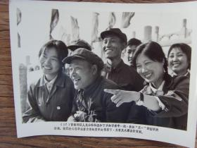 1977年,北京农民和下乡知青参加五一国际劳动节游园活动