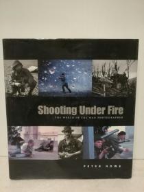 冒着炮火前进:最伟大战地摄影作品 Shooting Under Fire:The World of the War Photographer by Peter Howe(新闻)英文原版书