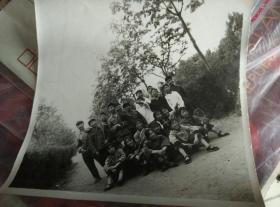 1976年前后老照片,学生合影,背面有字,写有照片日期和地点