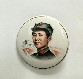 毛主席像章。搪瓷4.5m,正面头像红领章,红旗图案,反面祝毛主席万寿无疆,京搪。
