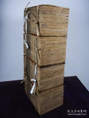 清光緒十七年浙江書局刻本【兩浙輶軒續錄五十四卷補遺六卷】原裝4夾板四十厚冊一套全。版式闊大,字體整飭,初刻初印,收清初至嘉慶時江浙地區的詩集。先列人名,附小傳,再列此人的詩作。收錄人物不僅為著名學者,閨秀、方外等也輯錄其中。是研究江浙地區詩詞的重要著作。收藏佳品。