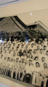 照片【全国统一战线工作会议】一九五八年七月于北京 各行各业的精英, 左侧上数第三排左侧有几人是河北石家庄市代表水利系统参加, 您收藏查阅老院子饭店家装摆设