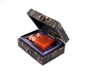 极品保真原盒 《纯天然寿山芙蓉石精雕印材一方》这方石材细腻光滑 色泽艳丽 纯手工雕刻精美瑞兽图案 尺寸高6.X3.6X1.5CM 重70克