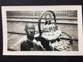 【民俗风情照片】民国北京火车站铁轨旁农户售卖桃子的场景,内容少见、影像清晰漂亮、颇为难得