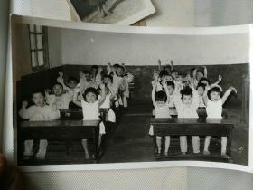 邹县老照片《八九十年代邹县 某幼儿园黑白老照片之四》长18厘米,宽10厘米!相册内!品相如图!自定!邹县的小伙伴们有你吗?看着想哭的照片!不可追回的岁月!2019.4.3
