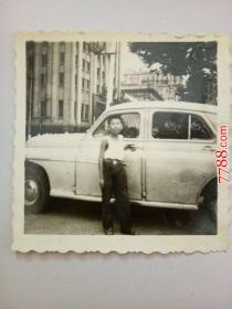 老照片:男孩和汽车