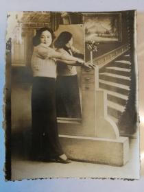 民国气质女子在公馆楼梯前全身照片,泛银,品佳