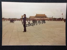 【彩色老照片】1970年代北京天安门广场一拿着摄像机正在录影的外籍人士及周边景象,早期彩色照片极为少见且内容独特品质佳、实为收藏佳品