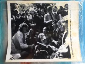 新华社老照片-胡耀邦同志访问英国,与莎士比亚故乡群众在一起