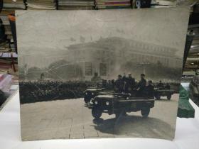 文革毛主席和周总理等在吉普车上检阅原版照片