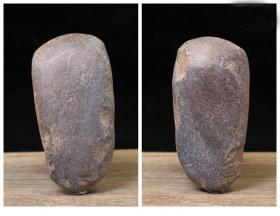 红山玉器红山文化黑皮玉器玉斧,原始人玉斧头,材质稀有,难得一件,非凡人物一鸣惊人为红山文化之珍品沁色自然古朴神韵非常稀有值得永久收藏