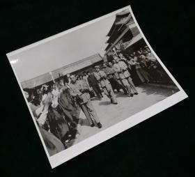 新华社原版大型照片周总理江青等在天安门城楼前接见红卫兵