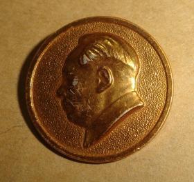 毛主席像章【背面是:广州6】2.1CM金色、品相以图片为准