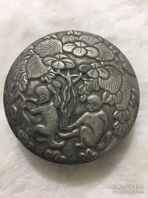晚清白銅鎏銀精刻雙猴墨盒一個  直徑約7厘米 高度2.5厘米,重79.5克,品佳,包漿好`。
