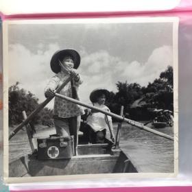 五六十年代老照片 赤脚医生  大号正方形 早期摄影记者拍摄
