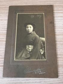民國初期日本《著和服少女》照片一枚,有裝裱