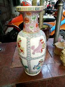 景德镇五六十年代红色官窑-粉彩大花瓶《九狮呈祥》   九条狮子戏绣球。栩栩如生,喜庆热闹,吉祥如意。     高62厘米   口径18厘米  瓶 腹直径29厘米。完整无损。