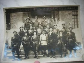 1958年【河南获嘉人民豫剧团参观峰峰一矿坑下留念】尺寸21.5/15厘米