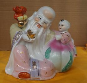 手捧元宝的老寿星和坐在寿桃上的童男摆件高16.5厘米宽度16厘米 无磕碰