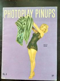 B6478 梦露写真集《PHOTOPLAY PINUPS》,1953年 这应该是梦露摆出画报女郎姿势的最后一年,照片则出自弗兰克•波沃尼之手。1953年以后,梦露对好莱坞、对美国、乃至对全世界的意义远非画报上一个养眼的甜心能比拟。