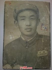老照片:军人(佩戴中国人民解放军,奖章2枚)
