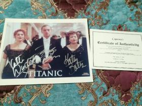 【签名照】小李子莱昂纳多·迪卡普里奥、凯特·温斯莱特、凯茜·贝茨三人合签《泰坦尼克号》剧照,三位都是奥斯卡影帝影后,签这么认真的很少见,有保真证书