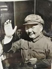 1966年吕相友拍摄毛主席在天安门城楼挥手照片,泛银