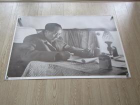 一开宣传画: 毛泽东在飞机上工作.
