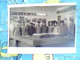 老照片;室内有穿军装的人