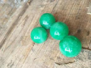 天然A貨翡翠圓珠配飾,4粒。單粒直徑2.0cm,兩個孔!!