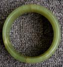 一只需要重新粘接的玉镯——宽边型——内径6厘米边宽2.5厘米