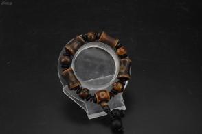(VA0055)《天珠玛瑙手串》1串 大颗天珠玛瑙尺寸:23*14*14mm,小颗尺寸:14.5*14.5*10.2mm手串周长:22cm。总重量:67.57克。通透,该玛瑙表示能生出一切财宝的意思,功德利益,具有增加财富的效益。