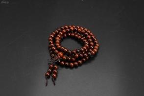 (VA0242)《紅檀珠手串》1件  周長:64cm 單珠尺寸:6.2mm。重:15.16克  紅檀木結構略粗至細,紋理波狀或交錯。木材有光澤,材質甚重硬。
