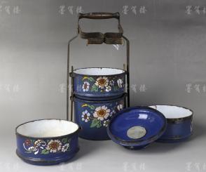老 精美印花提耳式圓柱形搪瓷食盒 一件 帶原蓋及提手 (藍地,貫耳,共四層;提手設爪扣,可貼合盒蓋,設計精巧;尺寸14.4*14.4*43cm,重量1.2kg) HXTX108389